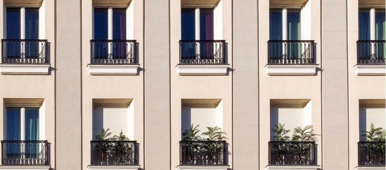Rehabilitar la fachada de un edificio trae múltiples beneficios